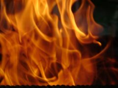 В Армавире загорелась заброшенная больница рядом со вторым ЖД вокзалом