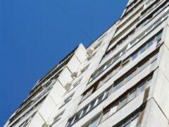 Влюбленные упали с шестого этажа в Майкопе, неудачно обнявшись у окна