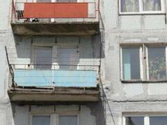 В Воронеже женщина повисла на ограждении балкона
