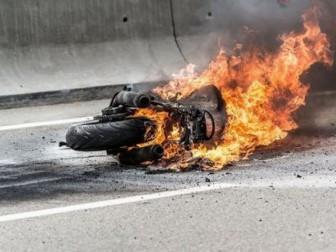 мотоцикл горит