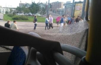 разбито окно автобуса