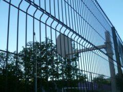 Мужчину нашли повешенным на школьном заборе в Екатеринбурге