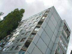 На юге Волгограда мужчина выпал из окна многоэтажки на крышу магазина