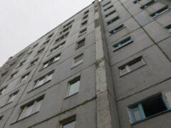 В Екатеринбурге из окна многоэтажки выпал мужчина