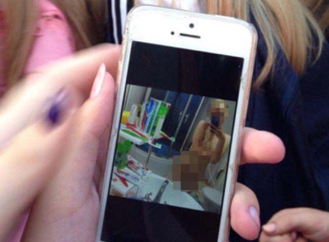 ВСоликамске всоцсети выложили фотографии полуобнаженных школьниц
