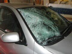 В Красноярске полуголый невменяемый мужчина разбивал автомобили