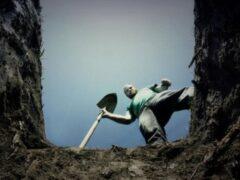 Мужчина копал погреб и оказался заживо погребенным под землей