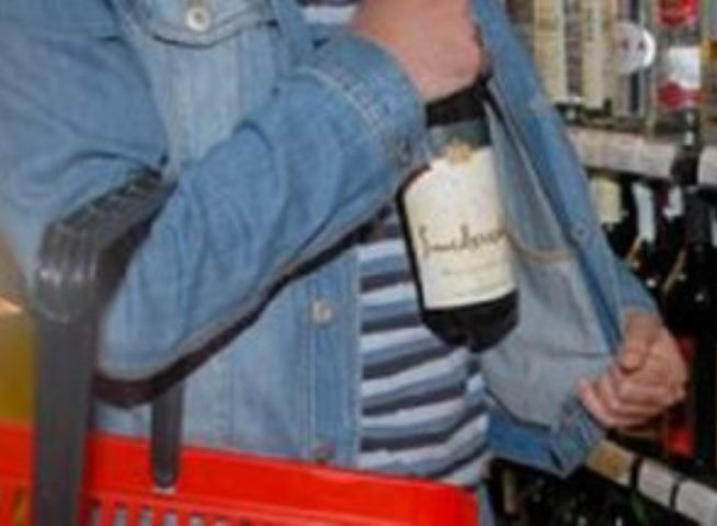 Двое мужчин ограбили алкомаркет наЧМЗ, избив кассира бутылкой виски