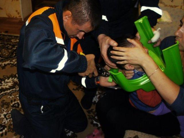 Уфимские cотрудники экстренных служб помогли ребенку, застрявшему головой вгоршке