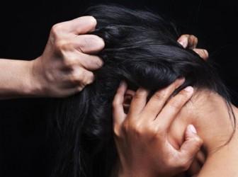 женщина насилие волосы