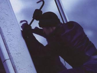 грабитель отжал окно