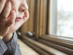 Бельевые веревки спасли жизнь упавшего с пятого этажа ребенка в Омске