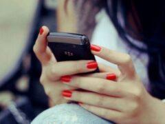 Подросток, заговоривший с тулячкой на остановке, украл ее телефон