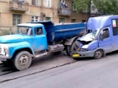 На трассе Омск-Тара маршрутка врезалась в грузовик, трое пострадавших