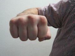 В Ярославле мужчина избил второклассника на глазах учителей