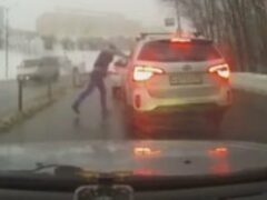 В Смоленске после ДТП агрессивный водитель бросил в обидчика столб