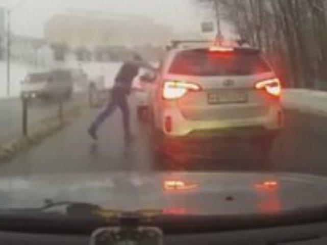 ВСмоленске шофёр напал намашине обидчика сдорожным указателем