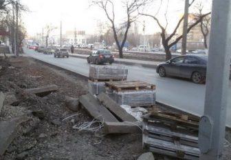 сняли тротуарную плитку
