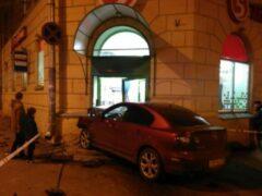 В Петербурге на высокой скорости иномарка въехала в магазин