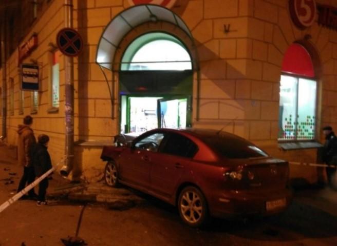 ВПетербурге навысокой скорости иностранная машина въехала вмагазин