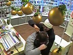 В Челябинске разыскивают двух мужчин, ограбивших салон сотовой связи