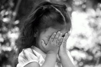 девочка маленькая плачет