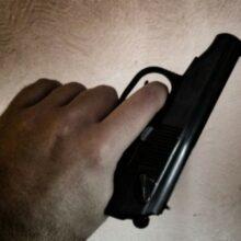 В Абакане мужчина с пистолетом похитил из магазина коньяк, сигареты и газировку