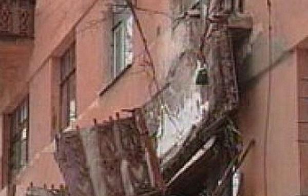 Двое мужчин упали вместе с балконом в центре волгограда.