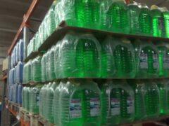Тысячи бутылок с опасной стеклоомывайкой изъяли в Петербурге