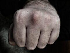 В Омске мужчина устроил драку на СТО