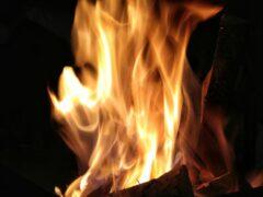 В Кемерове потушили крупный пожар: горели дом, гараж и автомобиль