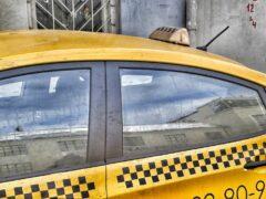 В Омске таксист похитил пассажира