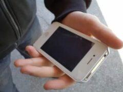 Житель липецкого села украл дорогой iPhone и утопил его в уличном сортире