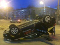 После ДТП в Петербурге перевернулась машина такси