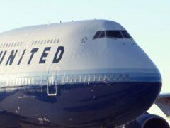 Пассажира в США волоком вытащили из самолета