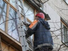 Пенсионерка повисла на балконе запертой квартиры в Кыштыме