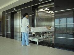 В Испании дверьми больничного лифта разрубило пополам пациентку