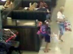 В Ростове женщина с девочкой украли рюкзак в торговом центре