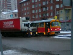 В центре Барнаула грузовик MAN столкнулся с трамваем 7-го маршрута