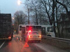 Маршрутка с пассажирами врезалась в дерево на трассе под Петергофом