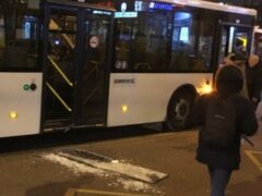 Пьяный пассажир выбил стекло в автобусе и убежал