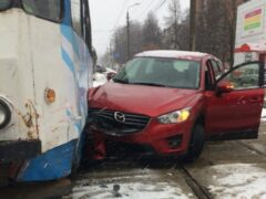 В Туле автомобиль Mazda протаранил трамвай