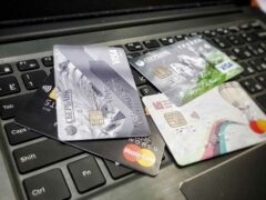 У омича с банковской карты сняли крупную сумму денег