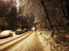 В Саратове пассажиры толкали застрявший в снегу троллейбус