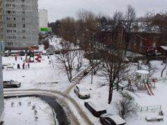 Жительница Челябинска в одиночку построила горку для детей многоэтажки