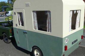 На аукцион выставлен детский внедорожник Land Rover с кемпером