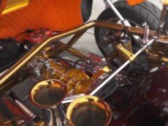 Взгляните на старинный Porsche с «золотым» мотором и рулем в центре