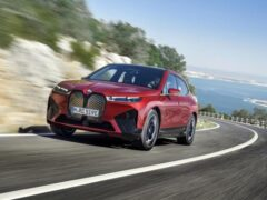 BMW назвала цены и комплектации электрокроссовера iX