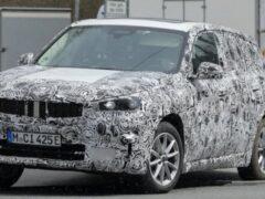 Компания BMW вывела на тесты новый электрический кроссовер iX1