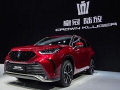 Toyota презентовала в Китае новый кроссовер Crown Kluger 2022 года